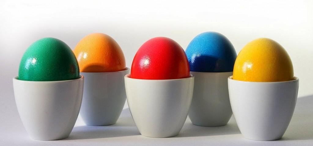 Farbige und geschmückte Ostereier sind nicht nur schön anzusehen. Auch das Bemalen selbst macht den Kindern Freude. (#1)