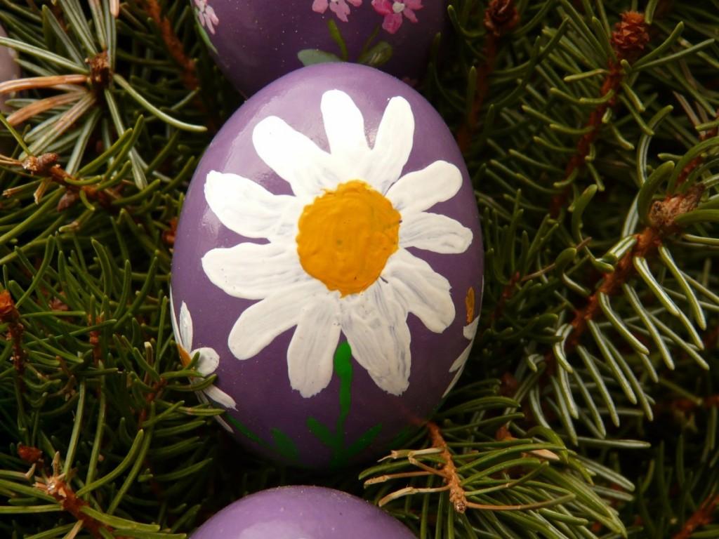 Für Kinder - vor allem für die kleineren - ist das Bemalen der Ostereier mit Fingermalfarben einfacher zu bewerkstelligen und macht mehr Freude. Eine Blume drauf und schon strahlt das Zwergenherz! (#2)