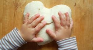 Salzteig ist sehr leicht zu bearbeiten. Auch die Hände von Babys und Kindern können das sehr gut. Kinder können ganz leicht aus Salzteig zum Beispiel ein Herz formen. (#2)