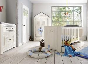 """Das Kinderbett """"Sunny"""" ist aus massivem Kiefernholz gerfertigt. Besonders schön: die Basisfarbe weiß mit ihren grauen Akzenten strahlt Ruhe aus und das sollten die Zwerge in ihrem Reich schon haben. (#3)"""