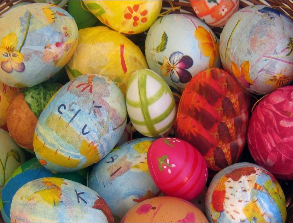 Wer würde nicht gerne ins Osternest ein Dutzend wundervoll verzierte Ostereier hineinlegen? Auch am Osterstrauß hängen die bunten Ostereier schön am langen Bindfaden und verstrahlen wunderprächtige Oster-Stimmung. (#3)