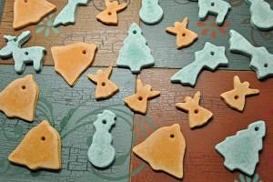 Aus Salzteig lässt sich auch Salzgebäck für den Weihnachtsbaum basteln. Wie man sehen kann, geht das ganz einfach. Mit Lebensmittelfarbe kann das Salzgebäck auch farbig bemalt werden. (#3)