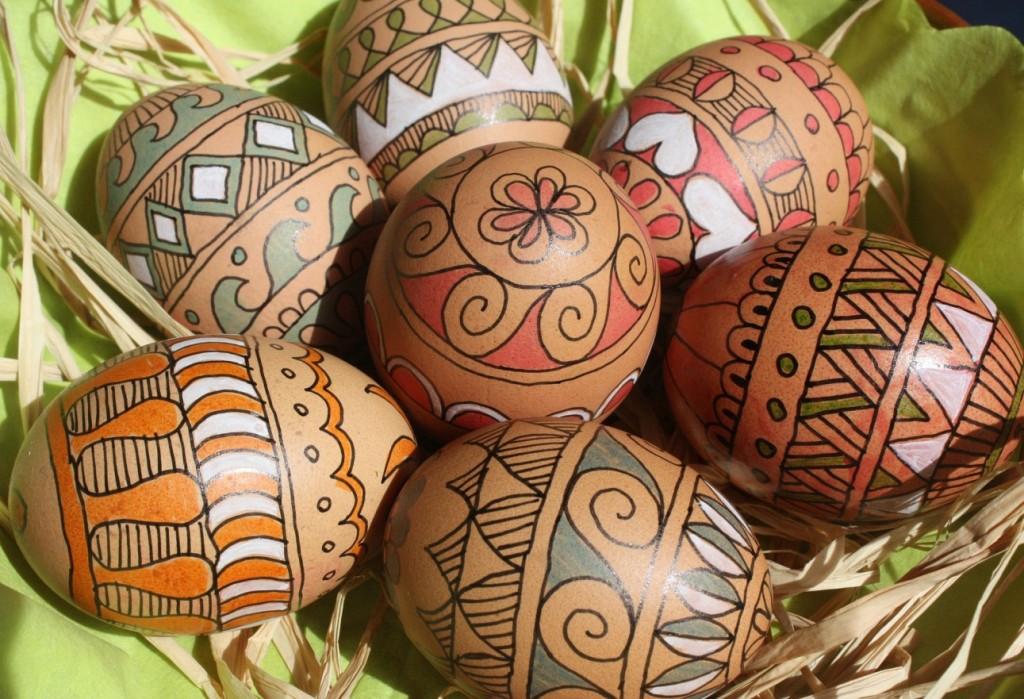 Strukturen und Texturen auf Ostereiern schaffen abwechslungsreiche Verzierungen. Ostereier, die nicht jeder hat. Im Vertrauen: aus Osteuropa kommt dieser Stil, den wir hier so sehr mögen. Wollen Sie die Erste sein, die ihn verwirklicht? (#4)