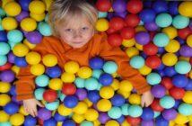 Alleine spielen vs. zusammenspielen: Was ist für Kinder besser?