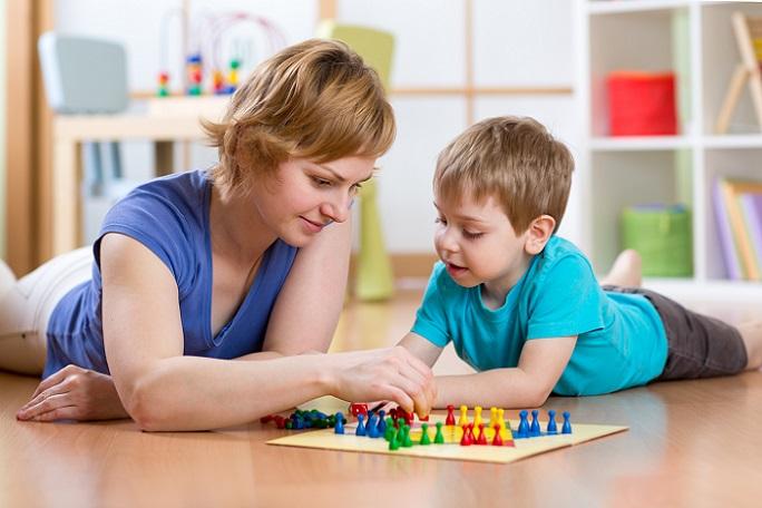 So wichtig das gemeinsame Spielen mit anderen Kindern oder den eigenen Eltern ist, so entscheidend ist auch das Alleinespielen für die Entwicklung. (#02)