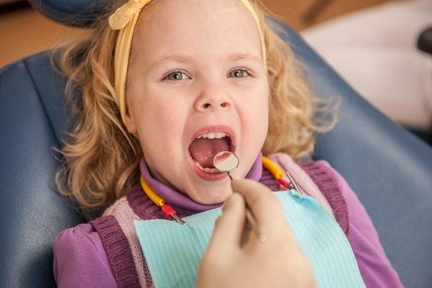 Bei einem Kombitermin mit Ihrem Kind – das geht jedoch nur, wenn die Eltern selbst keine Probleme mit dem Zahnarzt haben – können Sie es vormachen:
