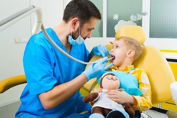 Damit Angst beim Zahnarztbesuch nicht die Regel für Ihren Nachwuchs wird, sollten Sie also stets darauf achten, den Zahnarztbesuch mit etwas Positivem zu verknüpfen. (#01)
