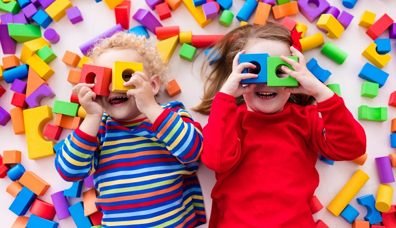 Wie bereits kurz angeschnitten, verfolgt die antiautoritäre Erziehung keine starren Linien. Die Lebensform kann an das eigene Leben und an die eigenen Kinder angepasst werden. ( Foto: Shutterstock-  FamVeld )