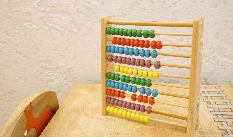 Zahlen zu begreifen fällt gerade besonderen Kindern sehr schwer, Sie sind zu abstrakt in ihrer Darstellung und in ihrer Bedeutung, Daher ist die Idee hinter den Montessori-Materialien, diese anders zu vermitteln. (#03)