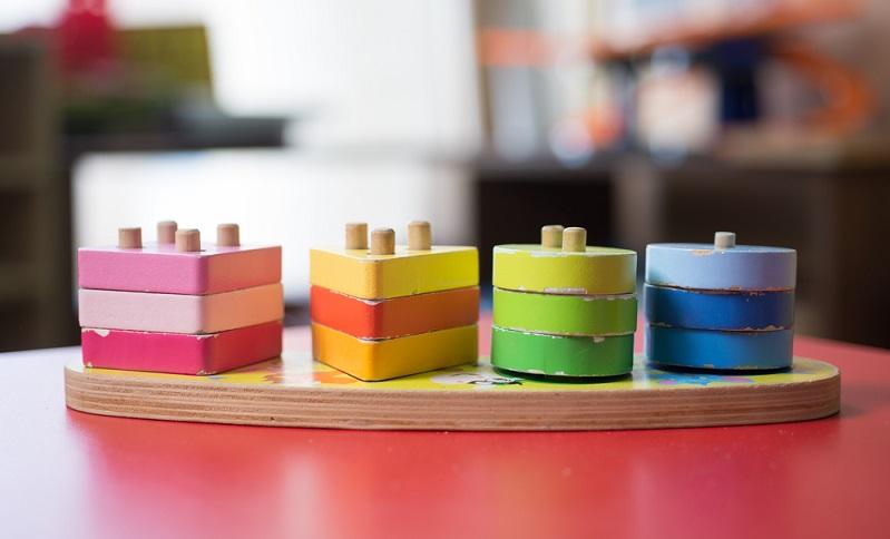Beim Farbsinn gibt es bei dem Montessori-Material die Farbtafeln. Die Kinder ordnen dann die einzelnen Farben zu und sortieren sie nach den jeweiligen Schattierungen. (#02)