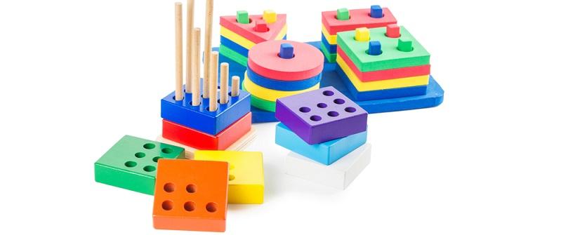 Beim Farbsinn gibt es bei dem Montessori-Material die Farbtafeln. Die Kinder ordnen dann die einzelnen Farben zu und sortieren sie nach den jeweiligen Schattierungen. (#01)