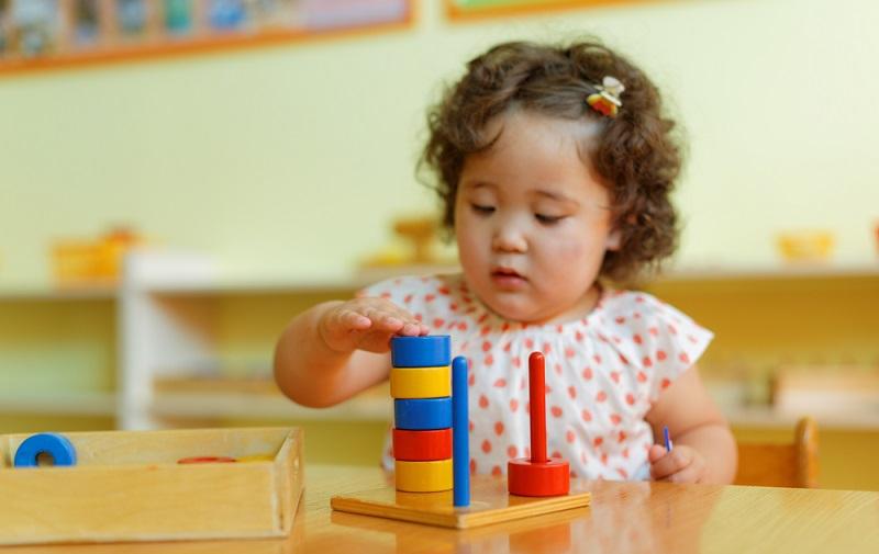 Mit den Übungen der Stille lernen sie, auch einmal in der Ruhe zu bleiben und in sich hineinzuhören. Das ist einer der Punkte, der den Kindern ganz besonders schwer fällt und daher einen wichtigen Aspekt der Pädagogik darstellt. (#05)
