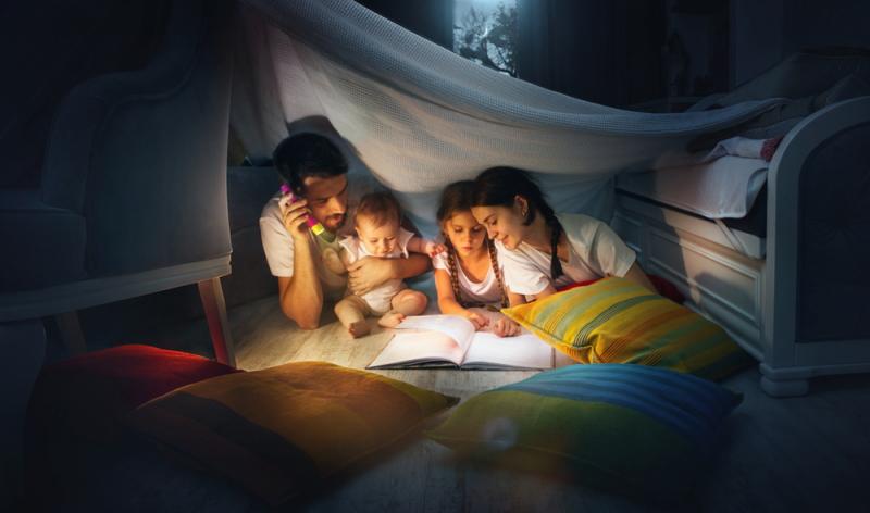 Wenn das Baby abends schreit, können Einschlafrituale helfen.