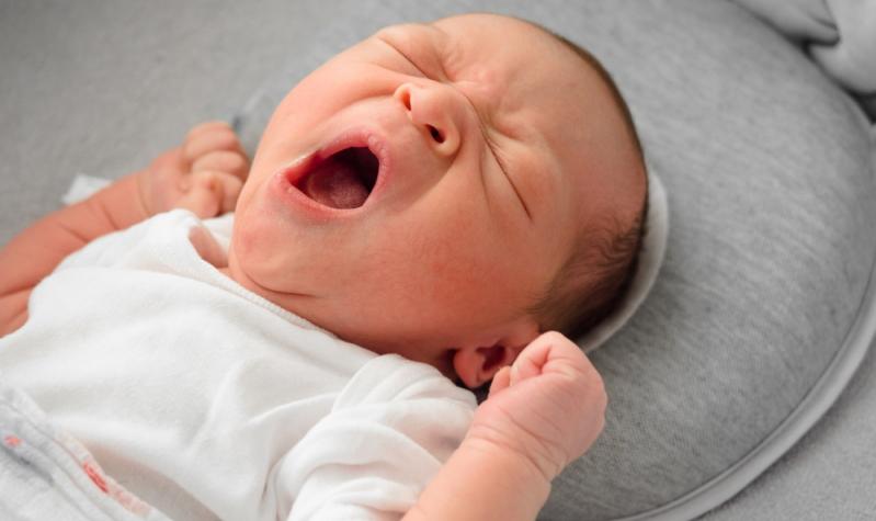Hört der Säugling nicht auf zu weinen, kann es vorkommen, dass es zu viele Eindrücke aufgenommen hat und sich nicht mehr beruhigen kann.