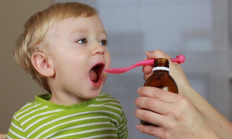 Medikamente für Kinder dürfen nicht nur einfach in geringerer Dosierung als für Erwachsene vergeben werden. ( Foto: Shutterstock- Greenland)