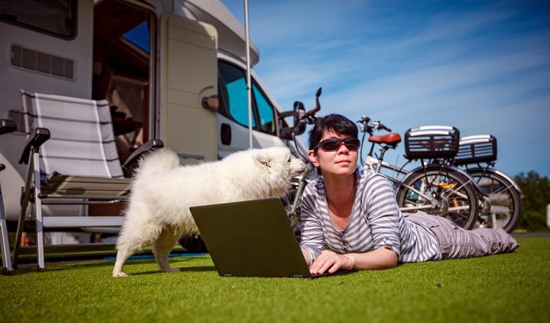 Beim Urlaub mit der Familie auf einem Campingplatz in Frankreich muss oft nicht nur geschaut werden, dass für die Kinder alles gut ist. Viele Familien haben einen Hund mit dabei. (#03)