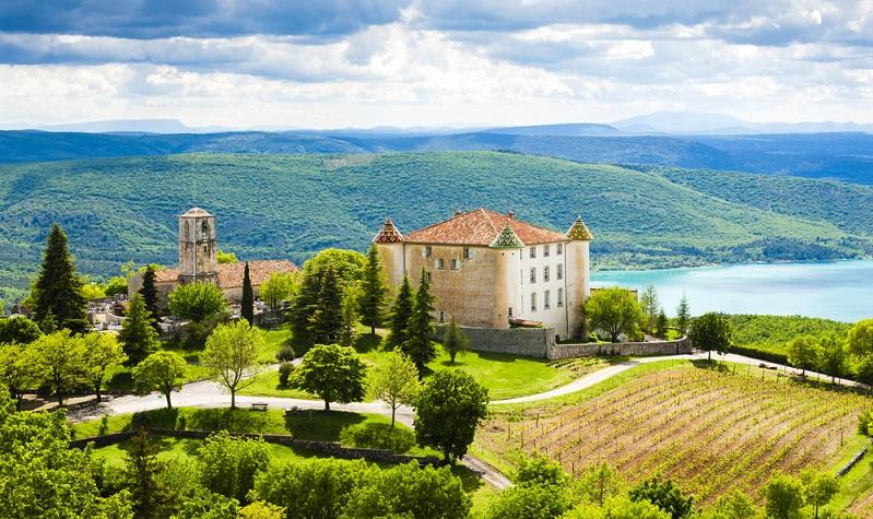 Natürlich gehört die Provence mit zu den klassischen Urlaubszielen in Frankreich. Das ist nicht umsonst der Fall, denn immerhin gibt es eine ganze Reihe an Sehenswürdigkeiten, die für die ganze Familie interessant sein dürften. (#01)
