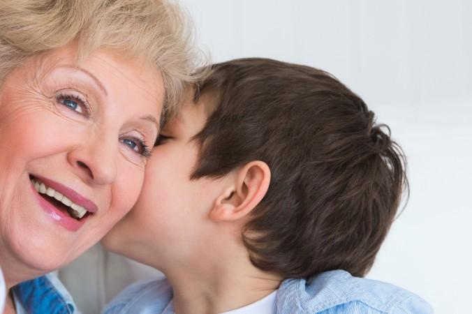"""Wer kennt sie nicht: Die Geheimnisse zwischen der coolen Oma und dem Enkel. Manachmal einfach leise ins Ohr geflüstert - """"Das nächste Mal, wenn Mama und Papa unterwegs sind gibt es ne extra Portin Süßigkeiten zum Naschen, okay Oma?"""" (#1)"""