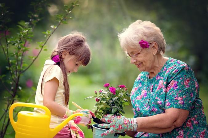 Die coole Oma verbringt die Enkel-Zeit auch gerne an der frischen Luft. Von stundenlangen Spielplatzbesuchen über das Pflanzen von Blumen - hier sind den Ideen der Kinder keine Grenzen gesetzt. Eine coole Oma genießt die Zeit Draußen. (#2)