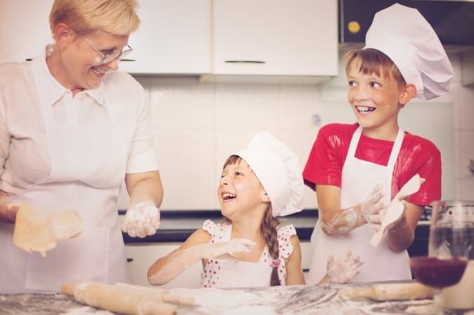 Ganz besonders viel Spaß macht den Enkelkindern das Kochen mit der coolen Oma. Warum? Weil hier auch Schweinereien richtig Spaß machen - geschimpft wird bei der coolen Oma ohnehin selten. (#5)