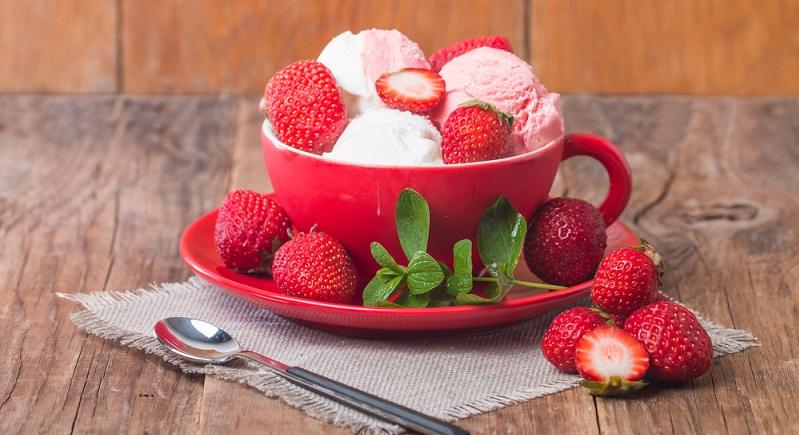 Im Gegensatz zu Milch- und Sahneeis hat Wassereis nur zwischen 50 und 80 Kalorien. Dieser Wert gilt auch für Sorbet-Eis. (#02)