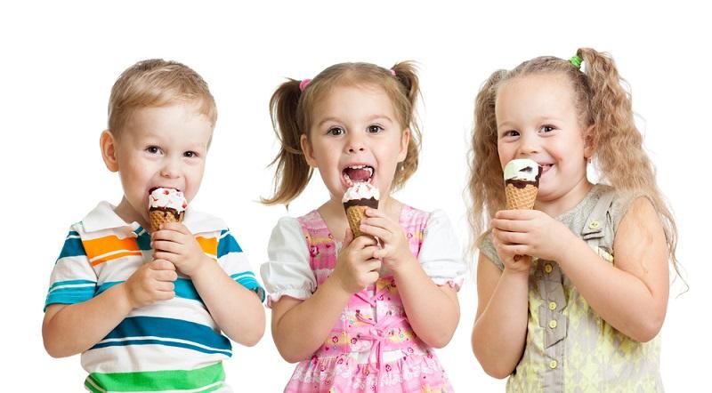 Bei der Herstellung von Speiseeis spielen neben den geschmacklichen Zutaten auch die anderen Inhaltsstoffe eine Rolle. So gibt es mittlerweile auch Eis für Veganer oder für Menschen mit Laktoseintoleranz. (#07)