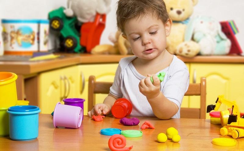 So schnell ist die Knete fertig und schon kann es losgehen mit dem großen Knetspaß. Lasst Eure Kinder ruhig lange und ausgiebig mit der Knete spielen, denn das fördert sowohl die Phantasie als auch die motorischen Fähigkeiten. (#01)