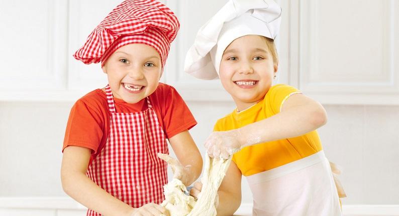 Elegante Knete kann man mit wenigen Zutaten selbst Zuhause herstellen und sowohl kleineren und größeren Kindern eine riesige Freude machen. (#02)