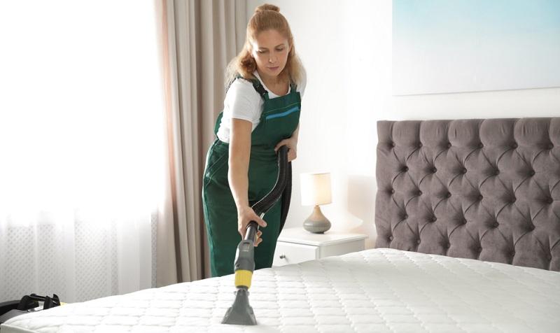 Textilbezüge eines Bettes lassen sich einfach absaugen, was jedoch bei einem großen Kopfteil eines Doppelbettes oft mühselig ist.