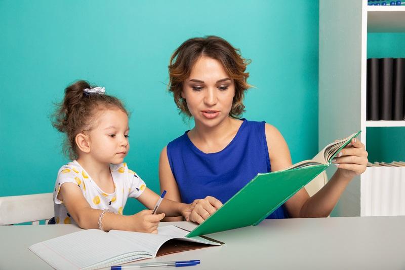 Nach der Ausbildung zur Erzieherin stehen viele Berufsfelder offen, für die alle mit der Ausbildung die nötigen Voraussetzungen geschaffen wurden. (Foto: Shutterstock- Burdun Iliya)