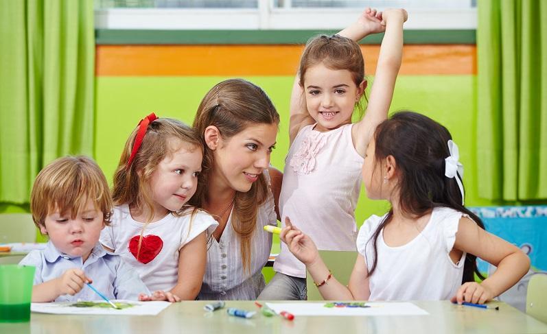 Die wichtigste Voraussetzung zur Ausbildung besteht darin, Kinder zu lieben und gern mit Menschen zu arbeiten. (Foto: Shutterstock- Robert Kneschke)