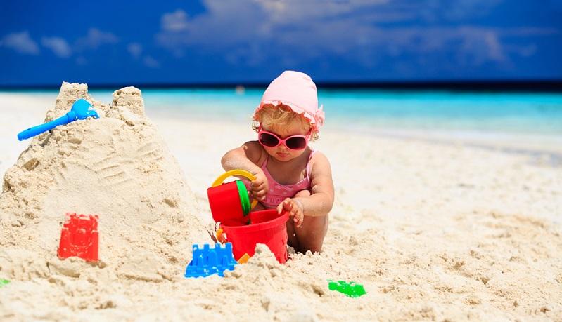 Familienfreundliche Urlaubsziele für Eltern von Kleinkindern gibt es einige und das nicht nur in Deutschland. Gerade beim ersten Urlaub mit Kind sollten Eltern sich mit dem Reiseziel jedoch nicht übernehmen. (#01)