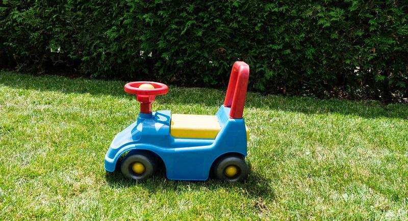 Ein Bobbycar: Das kleine, rote Rutscheauto darf in keinem kindlichen Fuhrpark fehlen. (#02)