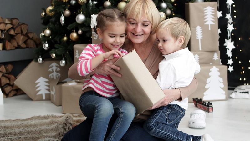 Großeltern, Verwandte und Bekannte der Familie sollten sich mit den Eltern abstimmen, diese wissen in der Regel am besten, womit das Kind gerne spielt und welche Dinge es aktuell gerade interessieren. (#03)