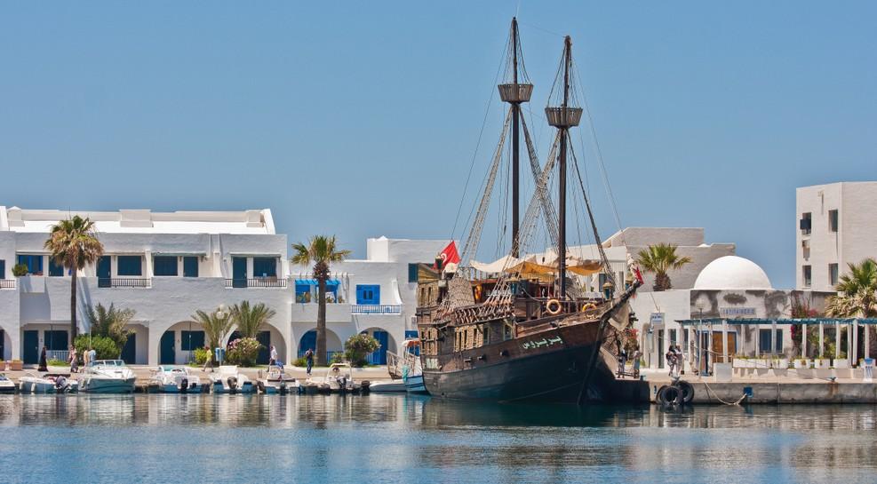 Im Hafen von Sousse finden wir Vielerlei. Auch in Tunesien liegen im Hafen die typischen Motorboote und Yachten vor Anker. Einige Einheimische haben hier auch noch ihre kleinen und sehr farbenfrohen Boote vertäut. Doch besonders auffällig ist uns das Piratenschiff, das hier vor Anker liegt. Es ist ein Zweimaster, der per Zeitmaschine aus einem frühen Jahrhundert den Weg hierher gefunden haben könnte. Er lädt uns ein, an Bord zu gehen. Das Glückshotel Tunesien zu buchen, war eine gute Idee. Es hat uns auf die erste Seite eines wundervollen Märchenbuchs geführt. (#1)