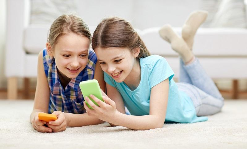 Ein verantwortungsvoller Umgang mit Medien ist bereits von Zehnjährigen zu erwarten, wenn sie es denn gelernt haben. (Foto-Shutterstock: Syda Productions )