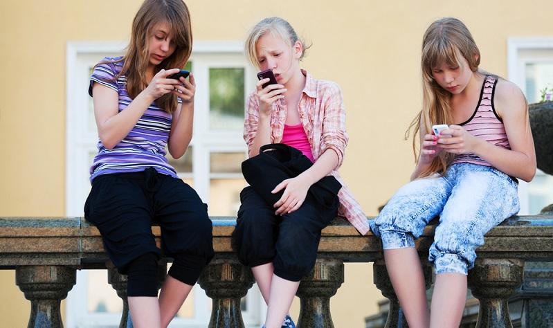 Es gibt viele aktuelle Modelle von Mobiltelefonen, die auch für Kinder geeignet sind. Leider kollidieren die Vorstellungen von Eltern und Kindern nicht selten miteinander. (Foto: Shutterstock- wrangler )