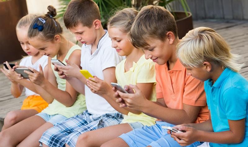 Je mehr Datenvolumen verbraucht wird, desto eher lohnt sich ein Bundle aus Vertrag und Telefon. (Foto: Shutterstock- Iakov Filimonov )