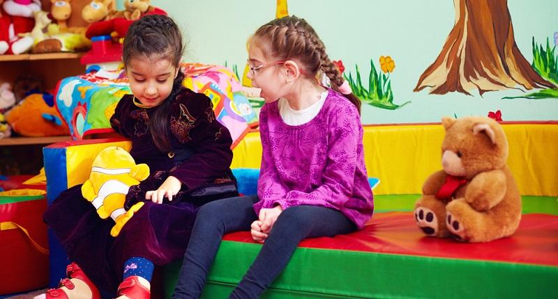 Gefördert werden in der Kinderbetreuung, die die Beaufsichtigung und Unterstützung sowohl gesunder als auch behinderter Kinder anbietet, vielfache Fähigkeiten und Fertigkeiten.