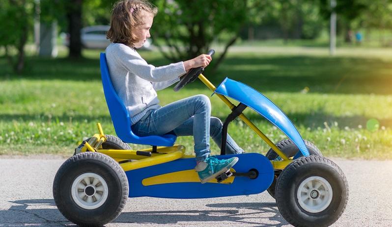 Mit eigener Tretkraft vorankommen, das macht Kindern viel Spaß. Beim Einsatz der beliebten Kettcars sind jedoch bestimmte Vorsichtsmaßnahmen zu treffen. (#01)