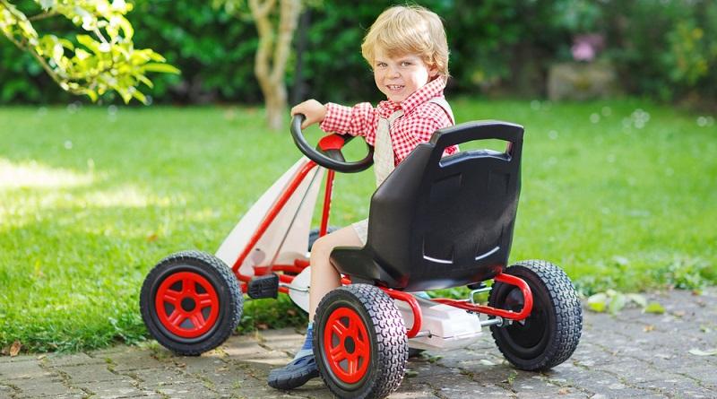 Ein Kind freut sich darüber, wenn das Kettcar in der Lieblingsfarbe designt ist. (#04)