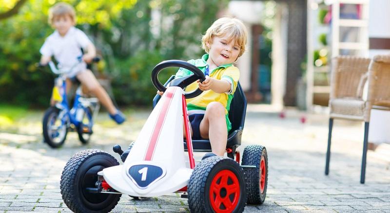 Laut Straßenverkehrsordnung dürfen Kinderfahrzeuge nur auf dem Gehweg fahren. Das gilt für Fahrräder sowie für Tretautos. Wenn ein Kind zwischen acht und zehn Jahre alt ist, darf es selbst entscheiden, ob es lieber den Fußweg oder den Fahrradweg nimmt. (#02)