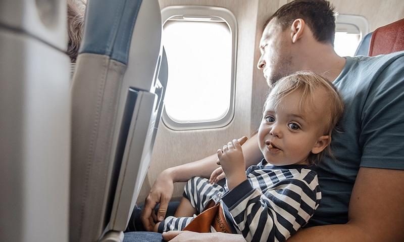 Ein wenig Knabberzeug und Süßes gehört als Notfallreserve ins Handgepäck. Ansonsten gilt, dass sich Eltern und Kinder beschäftigen sollten, denn der Urlaub kann schon im Flieger beginnen!