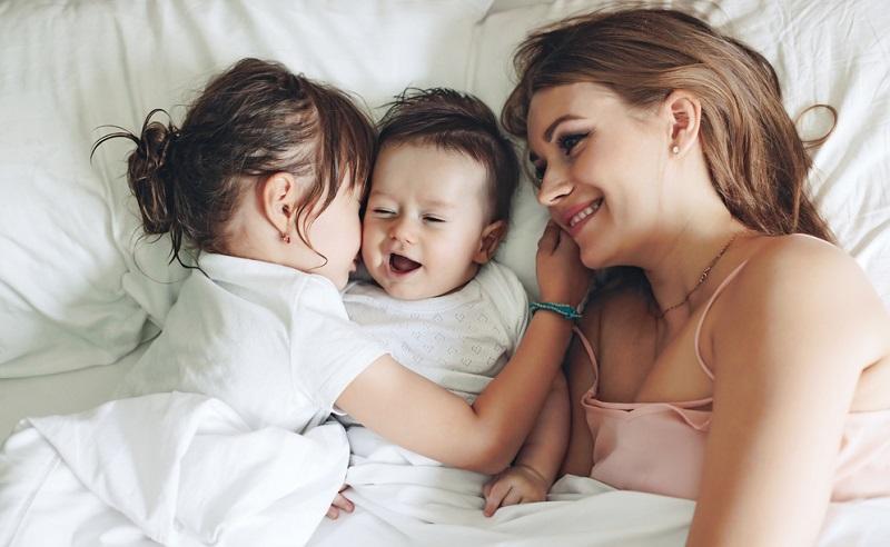Experten sind sich einig: Gemeinsames Schlafen bringt nur Vorteile. Es sorgt für mehr Geborgenheit und Nähe, für eine bessere Beziehung zwischen Eltern und Kind.