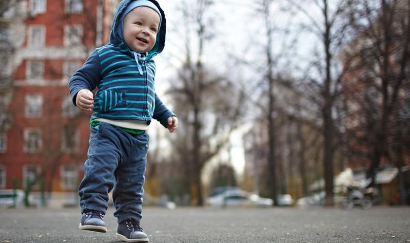Für Eltern wird es Zeit, Kinderschuhe kaufen zu gehen, wenn die Kleinen beginnen, draußen auf eigenen Füßen zu stehen und zu gehen. (#03)