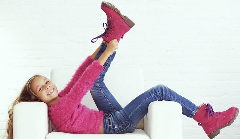 """Das Thema Kinderschuhe kaufen ist beinahe eine Wissenschaft. Optimal soll das Schuhwerk passen, mit den obligatorischen 12 mm """"Luft"""" nach vorn. (#01)"""
