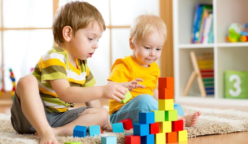 Zur Einrichtung des Kinderspielzimmers gehören nicht nur die Möbel, sondern auch das Spielzeug. Setzen Sie auf passende Spielzeuge, die sich am Alter und an den Interessen des Kindes orientieren.