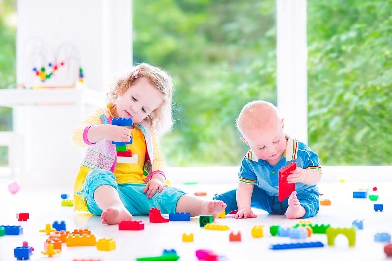 Gerade, wenn das Konstruktionsspielzeug nicht mehr neu ist und beispielsweise gebraucht erworben wurde, sollte eine Grundreinigung anstehen, bevor die Kids damit spielen. (#03)