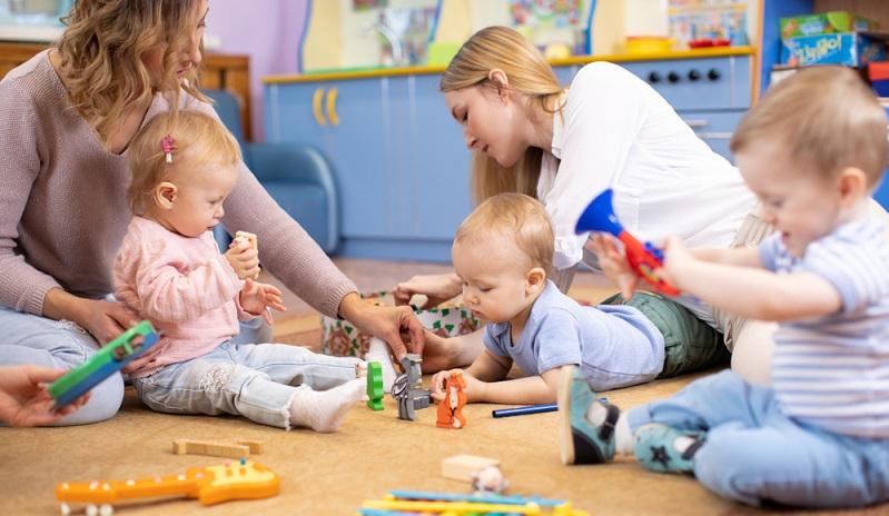 Im ersten Lebensjahr ist die Krabbelgruppe eine hervorragende Möglichkeit, dem Kleinkind einen Kontakt zu Gleichaltrigen zu ermöglichen.