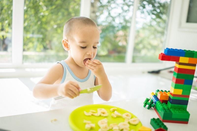 In den kleinen Ecken, den schmalen Kanten und den vielen Winkeln tummeln sich schnell Rückstände von Essen und Co. Gerade Kids, die alles Mögliche mit den Händen und dem Mund erforschen, sind da gefährdest. (#02)